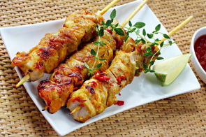 A chicken skewer with Meli honey and lemon