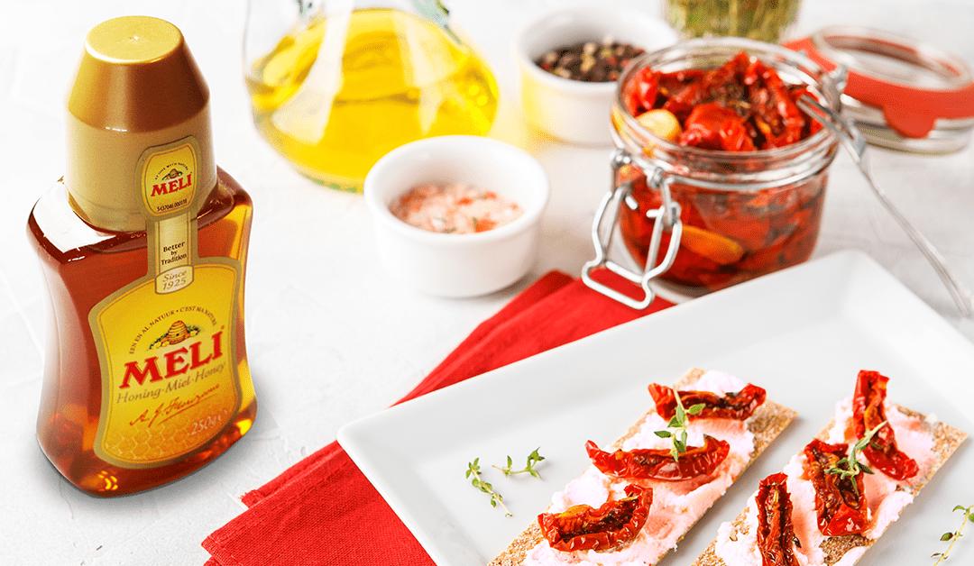 Aperitiefhapje met geitenkaas, honing en zongedroogde tomaat