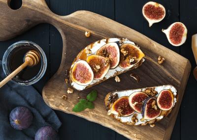 Bruschetta met geitenkaas, hazelnoot en honing