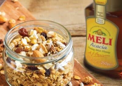 Zelfgemaakte granola met heerlijk zoete honing