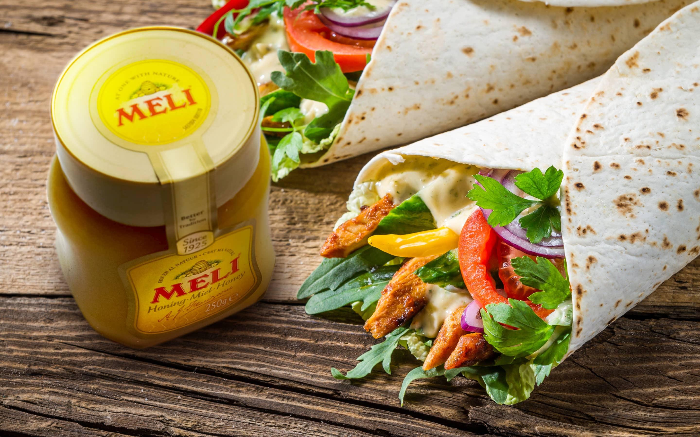Wrap au poulet croquant avec dressing miel-moutarde