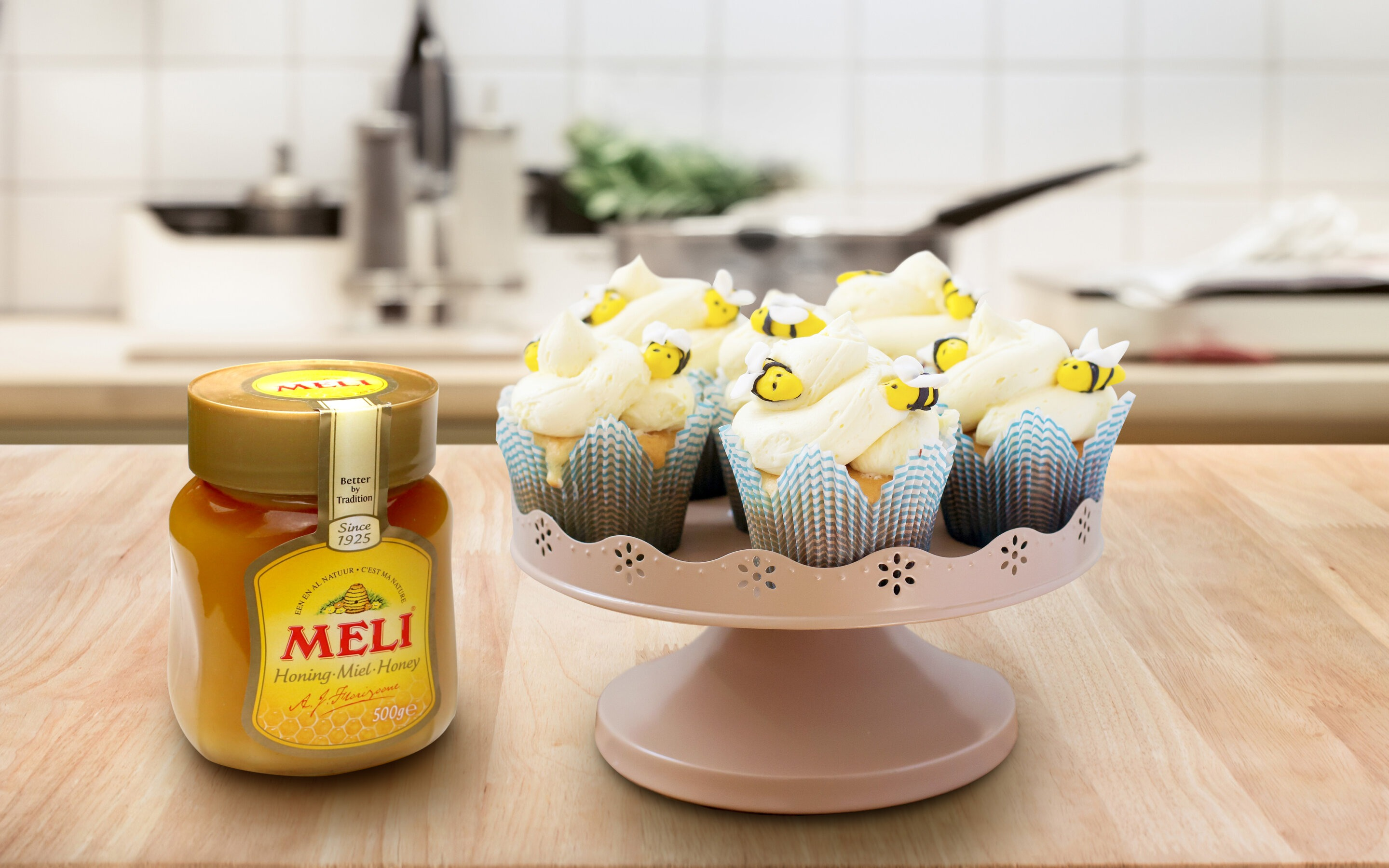 Cupcakes with bees and honey-buttercream