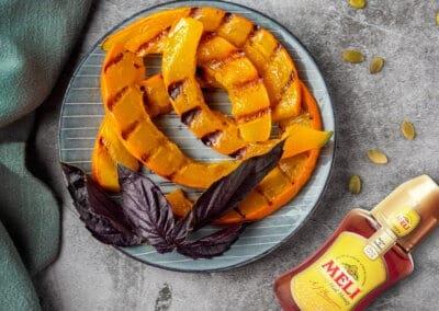 Geroosterde pompoen met honing, tahini en sumac