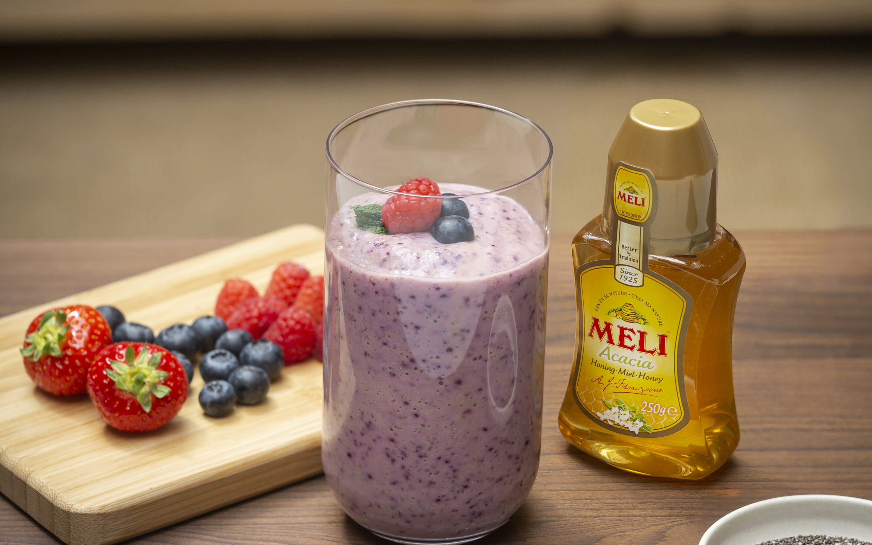 Smoothie petit-déjeuner au miel, myrtilles et fraises