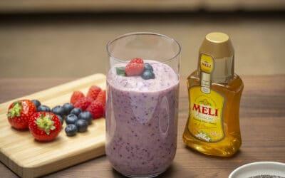 Ontbijtsmoothie met honing, blauwe bessen en aardbeien