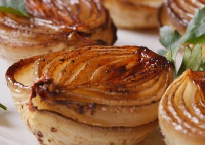 Gekarameliseerde uien met honing-mosterddressing